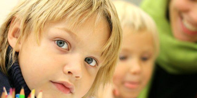 Bild med två barn