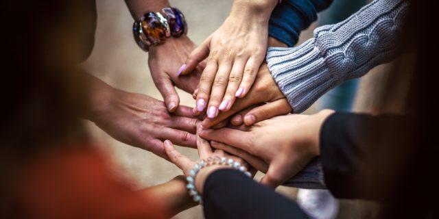 Bild med händer med olika hudtoner. Bild: Pixabay
